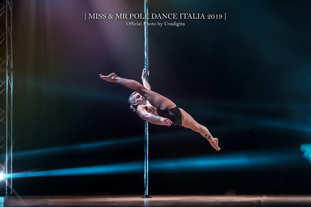 claudia dipilato insegnante di pole dance in rimini pole studio esegue un double reverse spin side split