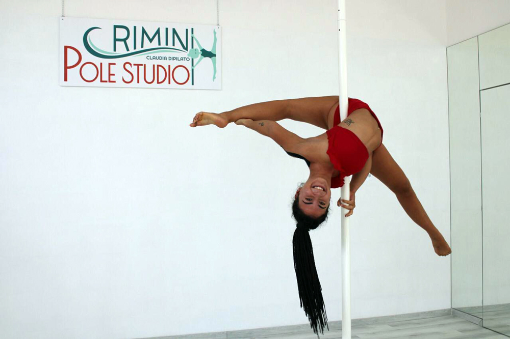 giada depaoli insegnante di pole dance in rimini pole studio esegue un janeiro back bend